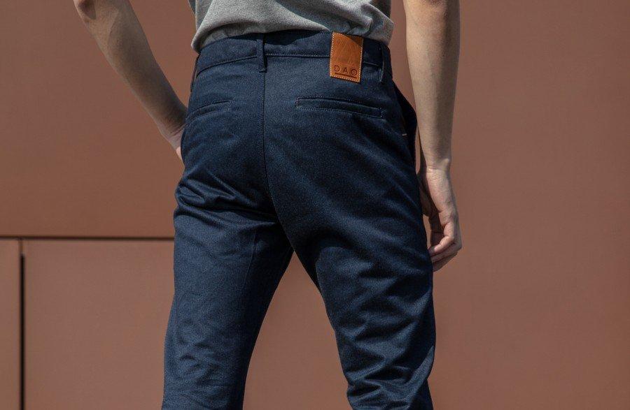Le chino en jeans a, lui aussi, tous les codes d'un chino traditionnel
