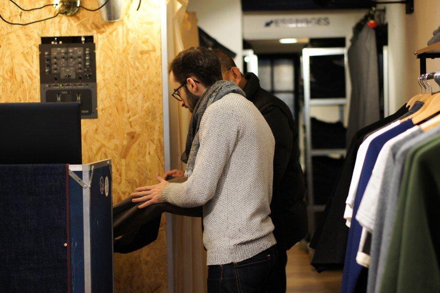 Romain, notre chef d'atelier, en train de conseiller un client en boutique