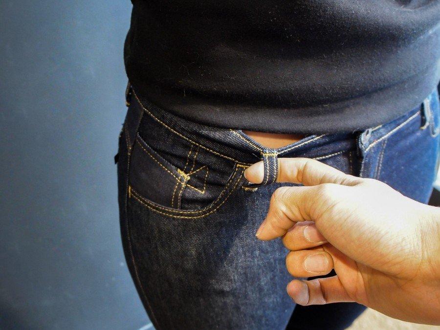 Le jeans doit être serré et se décoller en tirant sur les passants